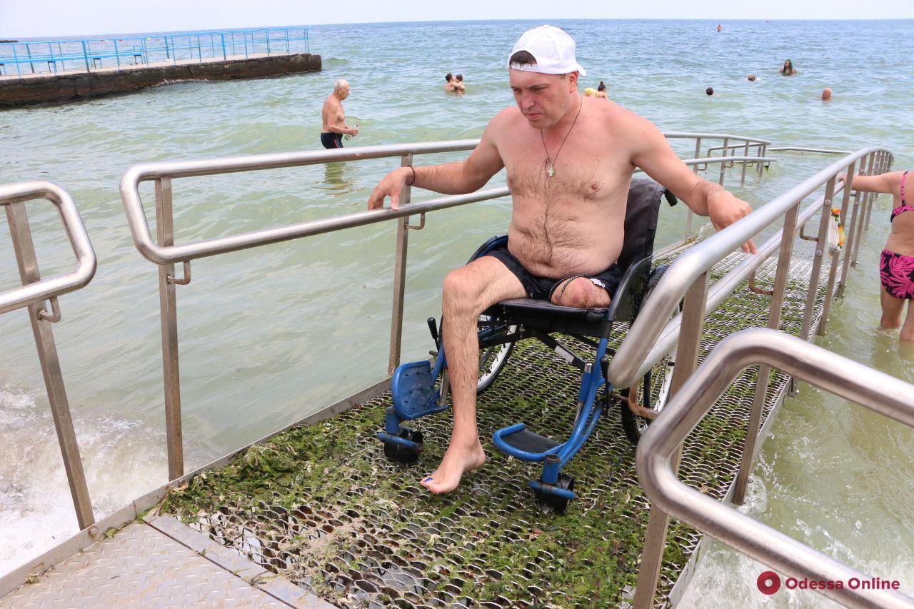 На пляже для инвалидов на 11-й станции Большого Фонтана закончили установку пандуса