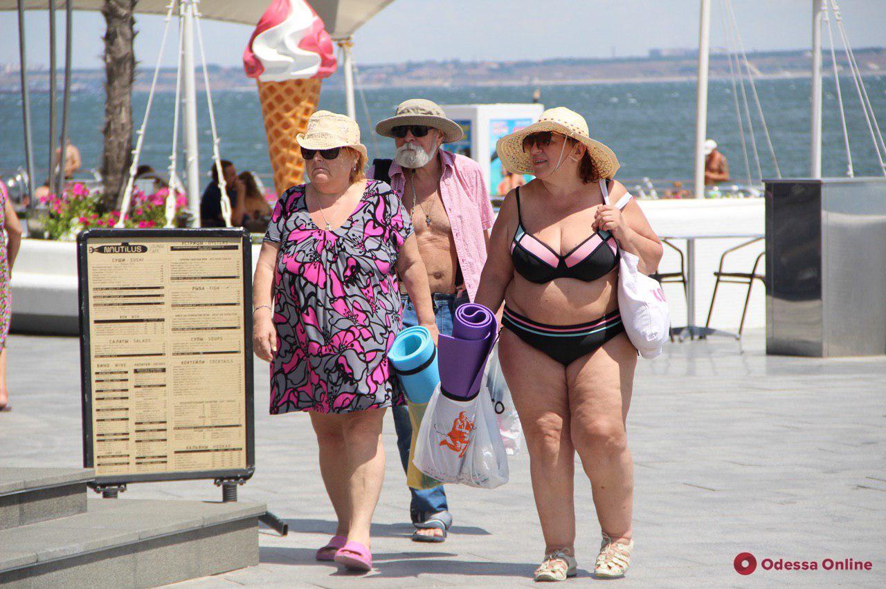 Солнечная пятница на одесском пляже (фоторепортаж)