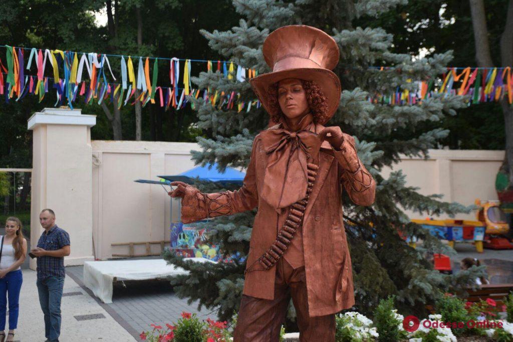 Ассасин, джинны и Хранитель добра: в летнем театре прошла выставка живых скульптур
