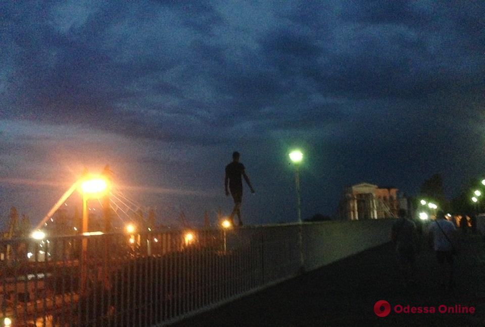 Молодой человек прогулялся по перилам Тещиного моста (фотофакт)