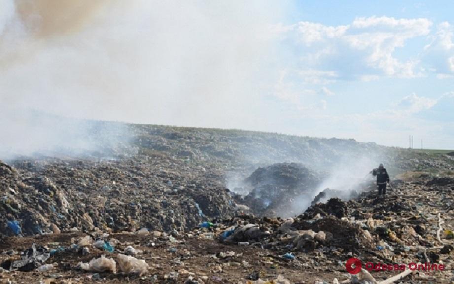 Возле Шабо две недели тлеет огромная мусорная свалка