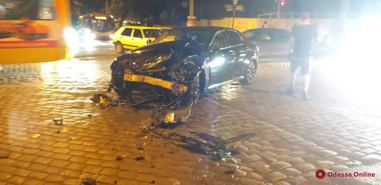 Lexus столкнулся с автобусом в центре Одессы