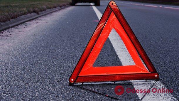 В Одесской области легковушка врезалась в дерево — водителя и пассажира зажало в кабине