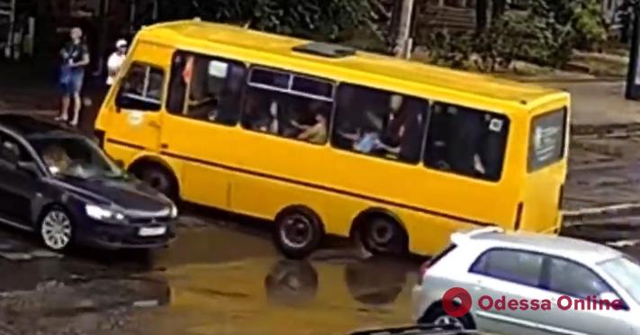 У одесской маршрутки на ходу отвалилось колесо (видео)