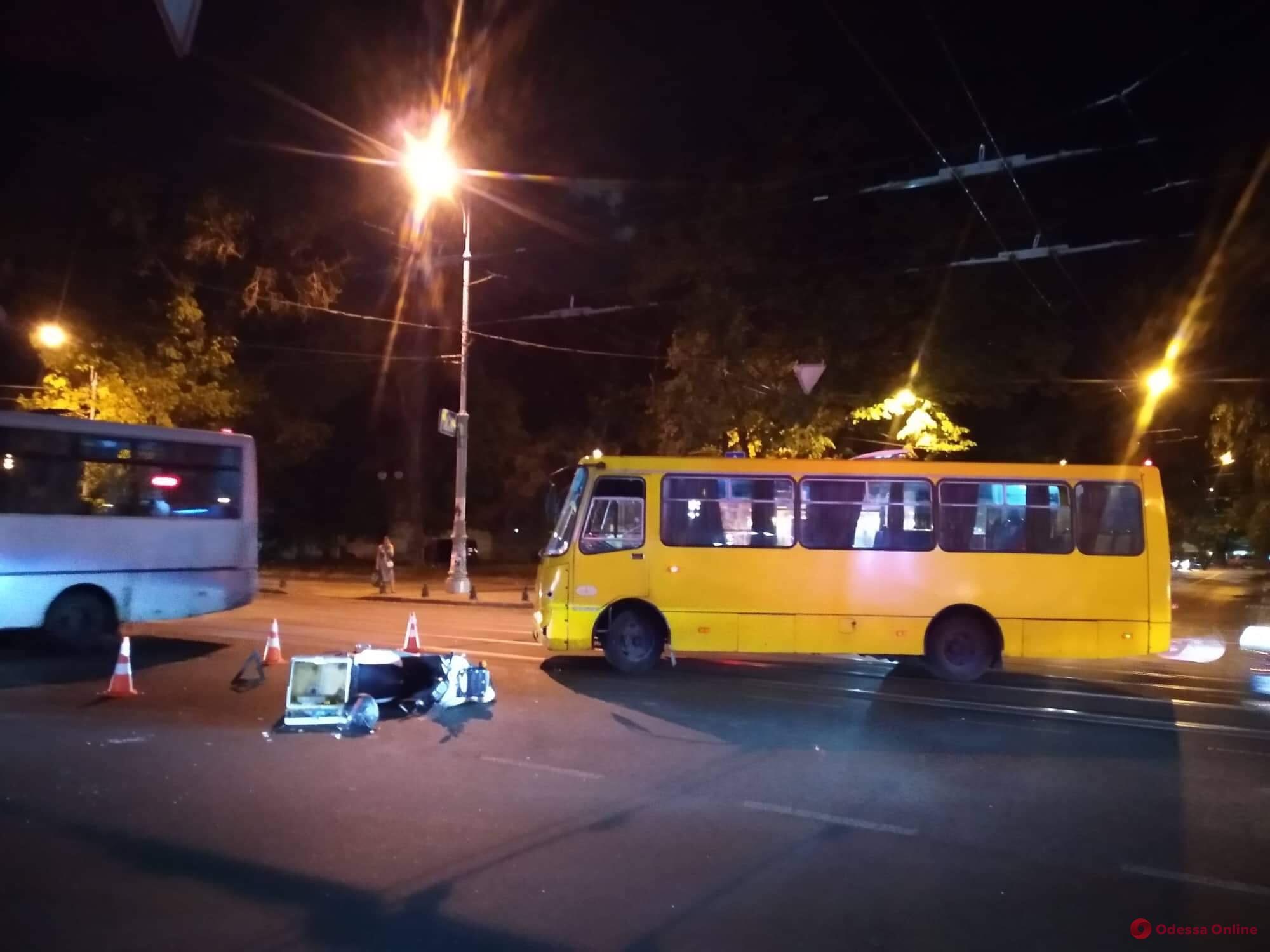 В центре Одессы маршрутка столкнулась с мопедом