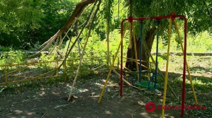 В Одесской области два дерева упали на детскую площадку