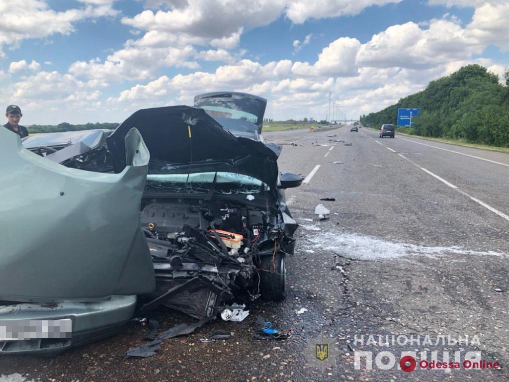 На трассе Одесса-Киев столкнулись две легковушки — погиб один из водителей (фото)