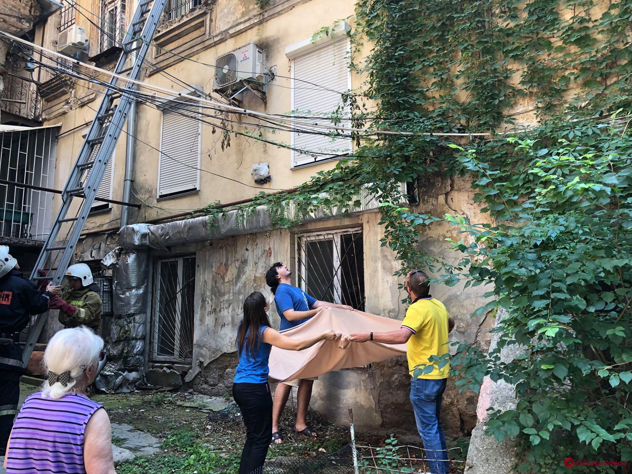 В центре Одессы пять спасателей снимали кота с кондиционера