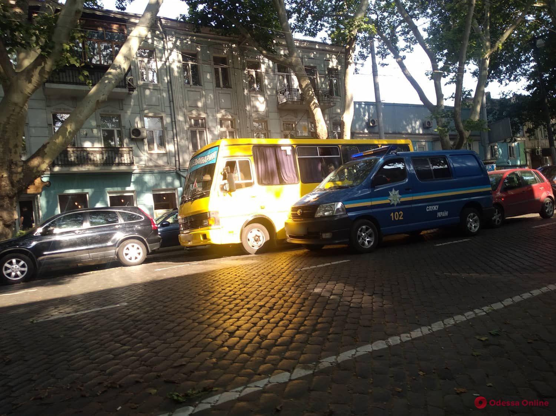 В центре Одессы легковушка «догнала» полицейский микроавтобус
