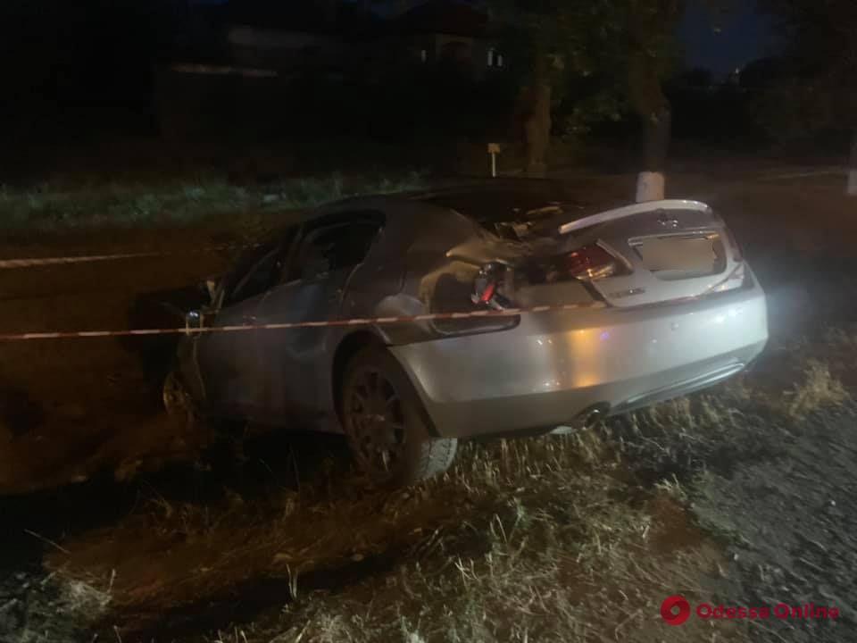 В Фонтанке Lexus разбил несколько авто, врезался в столб и вылетел в кювет (фото)