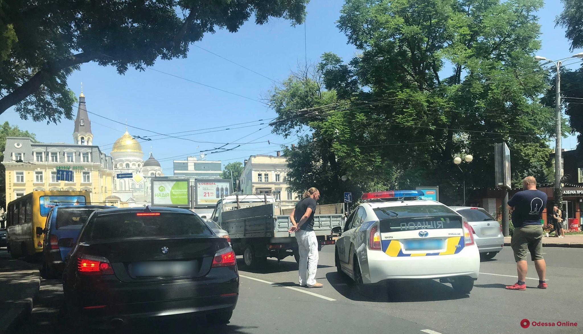 Одесса: возле железнодорожного вокзала «притерлись» Toyota и «ГАЗель»