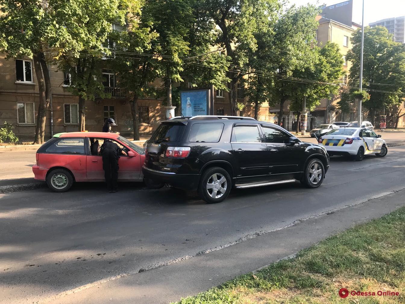 В Одессе столкнулись GMC и Suzuki — один из водителей сбежал с места ДТП