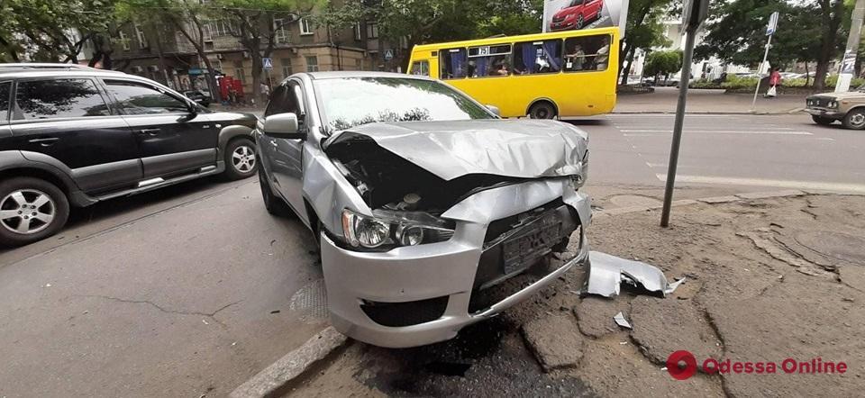 На Старопортофранковской столкнулись Mitsubishi и Kia
