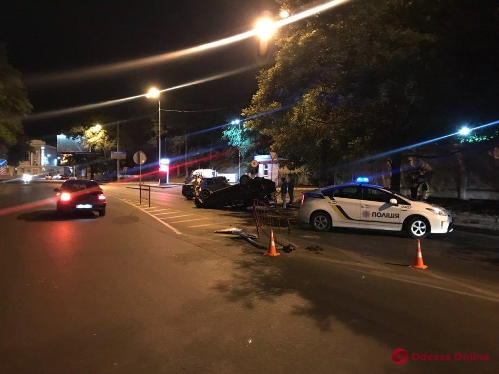 В Одессе автомобиль врезался в забор и перевернулся: есть пострадавшие