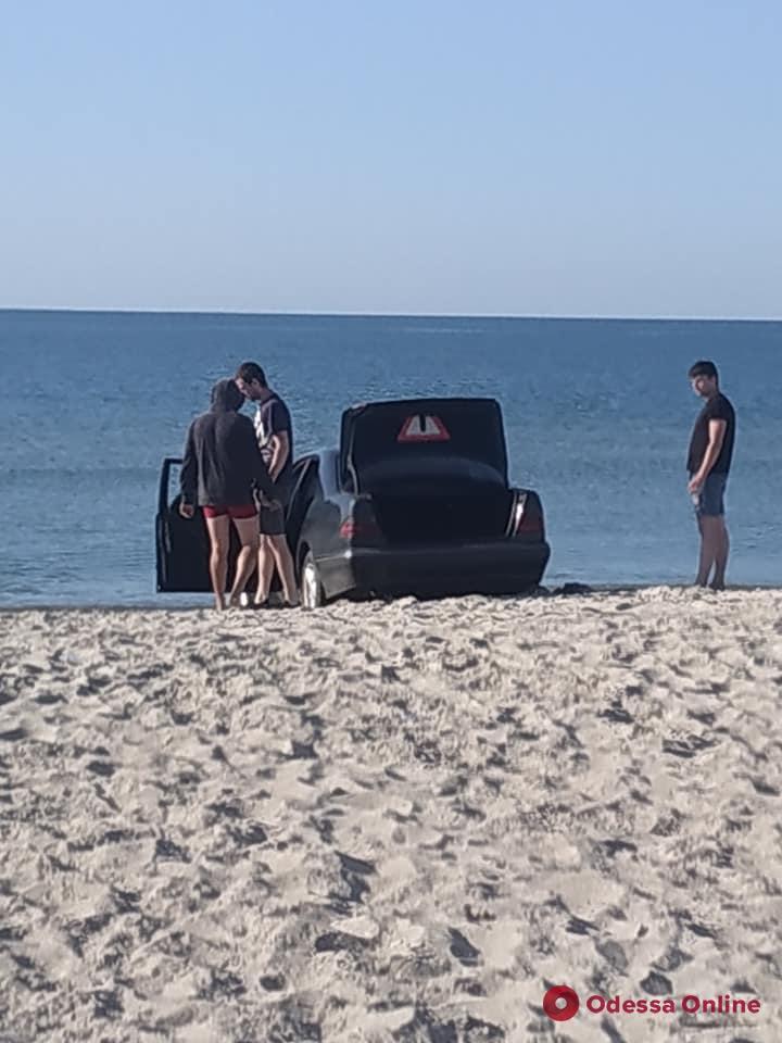 На пляже в Одесской области автомобиль въехал в море и застрял в песке (фото)