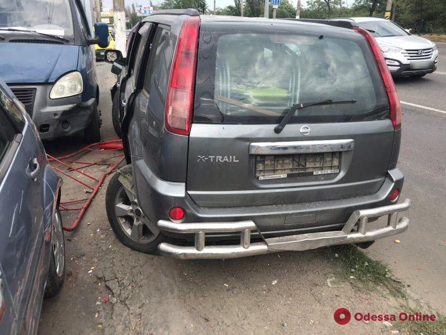 В Лузановке столкнулись легковушка и внедорожник — последний на скорости протаранил турникет