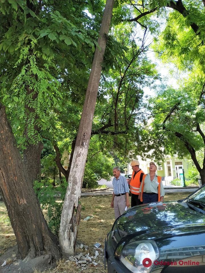На Семинарской демонтировали аварийную электроопору