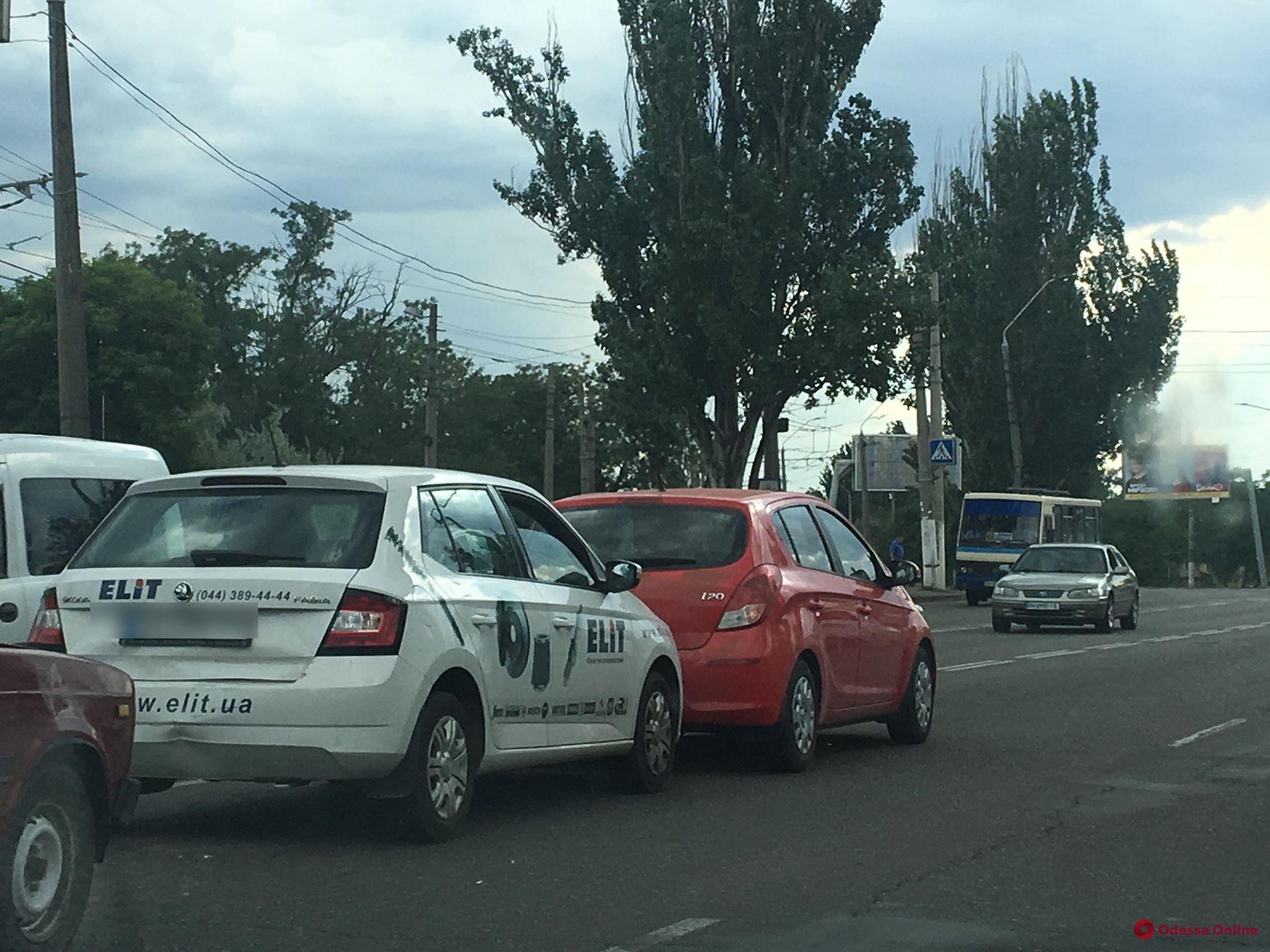 На Николаевской дороге три легковушки встали «паровозиком» — образовалась пробка