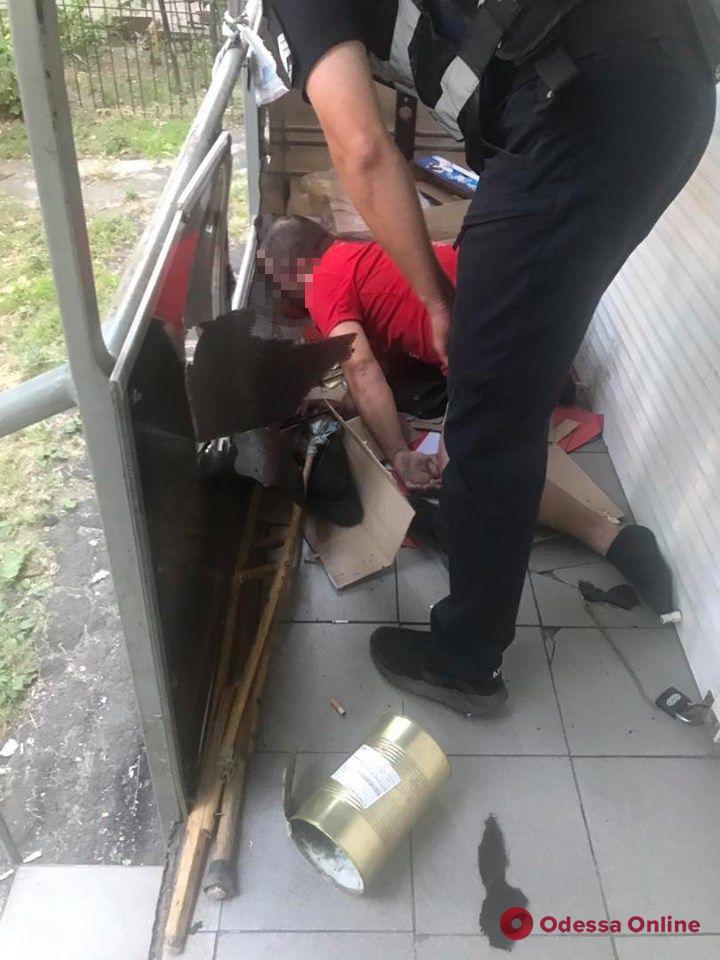 Одесситы вместе с патрульным спасли мужчину от суицида
