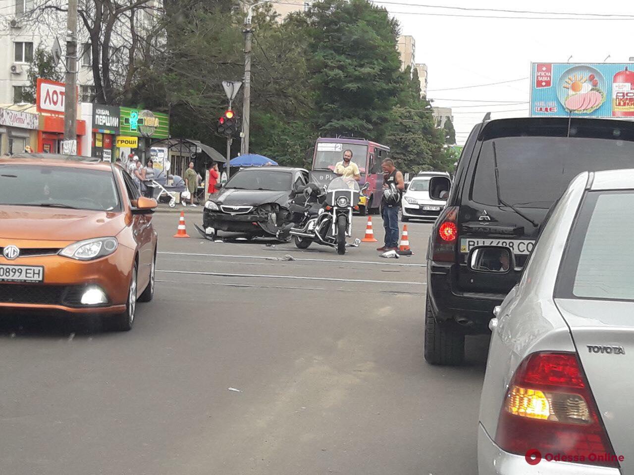 На поселке Котовского столкнулись легковушка и мотоцикл
