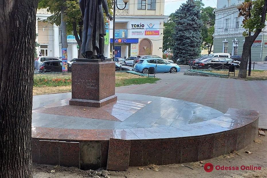 В Одессе ремонтируют памятник Адаму Мицкевичу