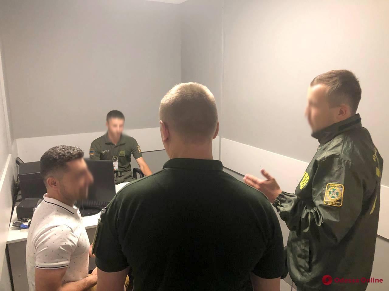 В Одесском аэропорту иностранец предлагал взятку пограничникам