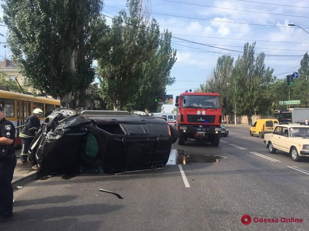 На Николаевской дороге столкнулись Honda и Opel: пострадали пять человек (обновлено)