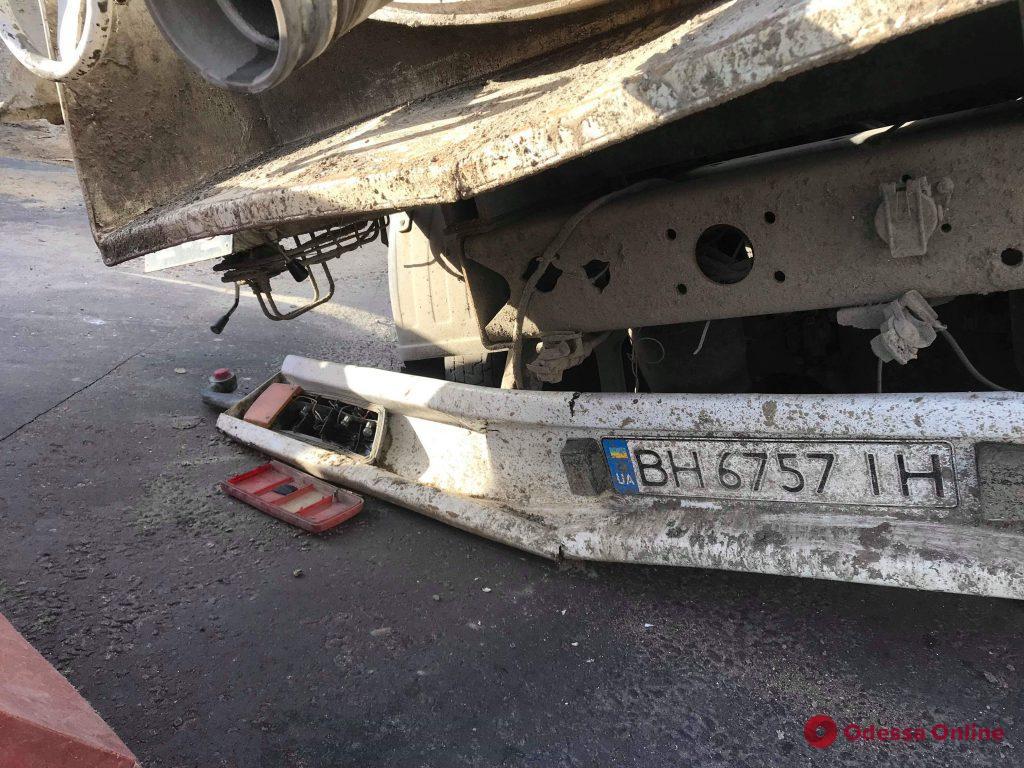 В Аркадии грузовик-цистерна провалился под асфальт