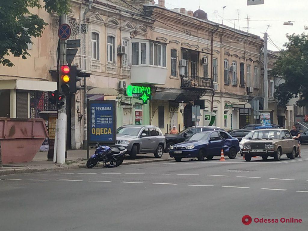 В центре Одессы столкнулись мотоцикл и легковушка