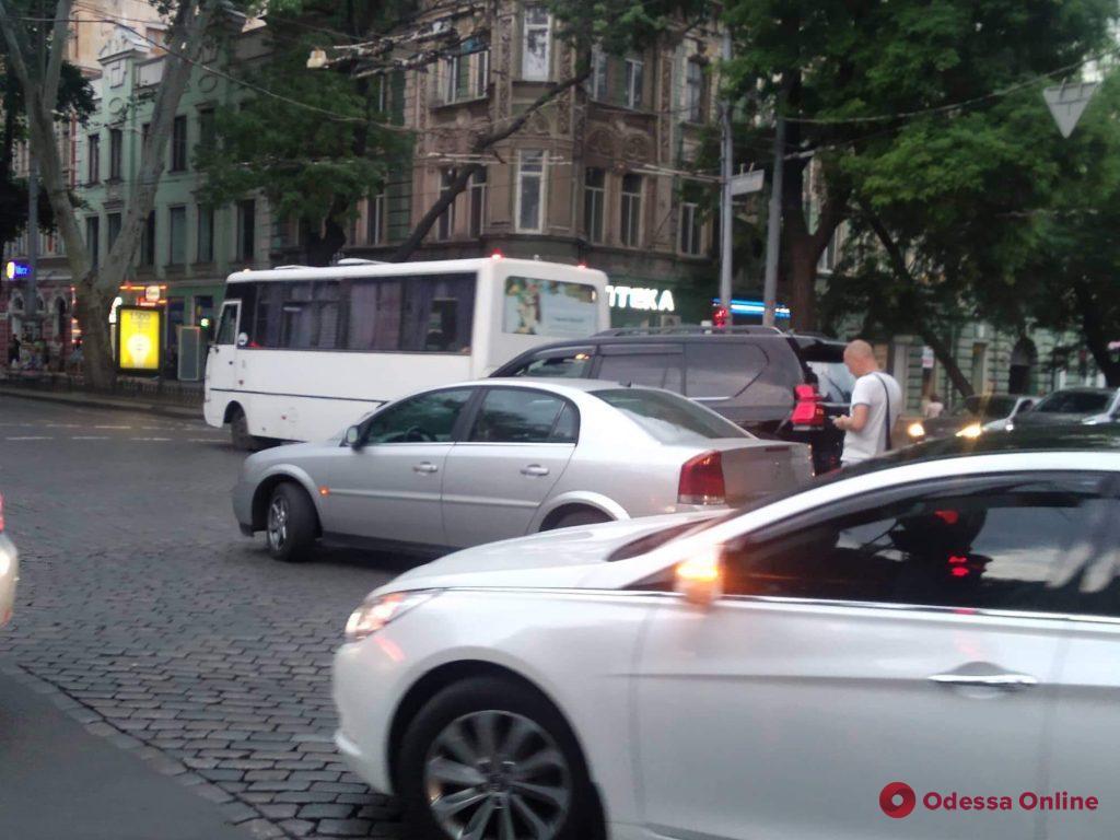 Два автомобиля не поделили дорогу в центре Одессы