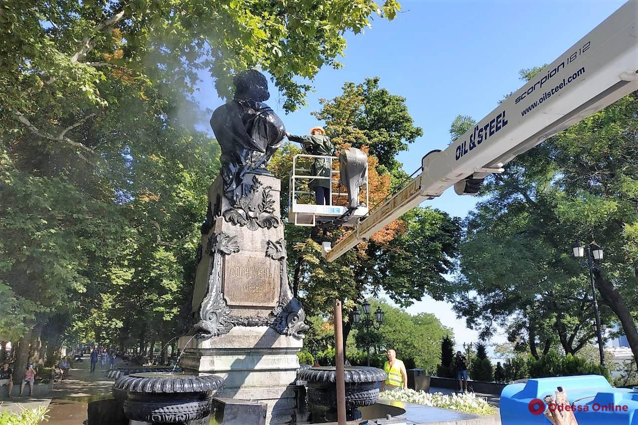 Летний душ: коммунальщики моют памятники в Одессе
