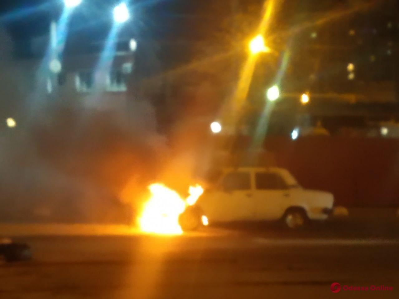 Одесса: на Водопроводной загорелся автомобиль