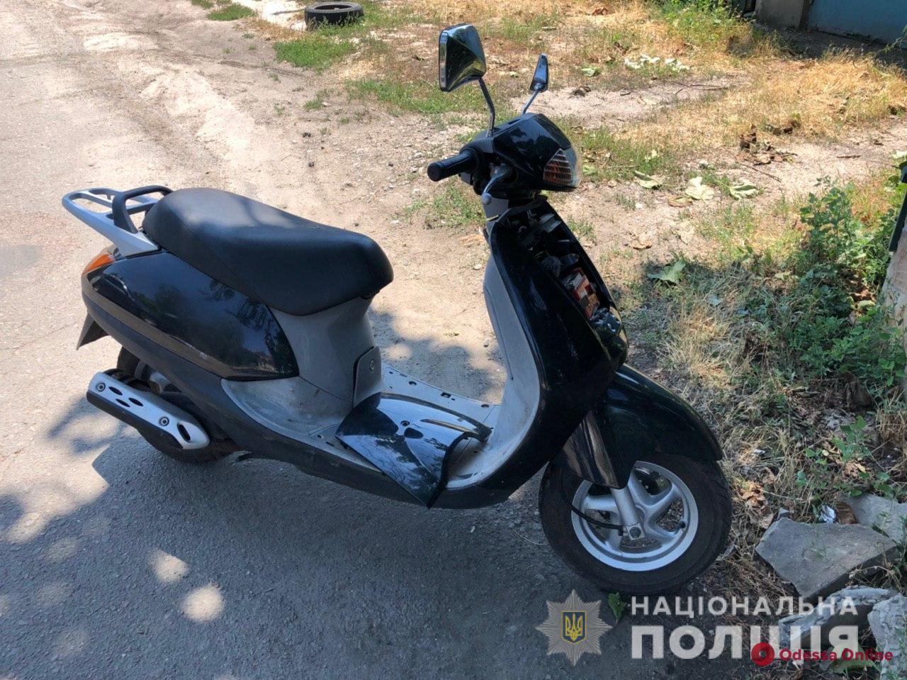 В Одессе подросток не смог завести украденный мопед и покатил его на СТО