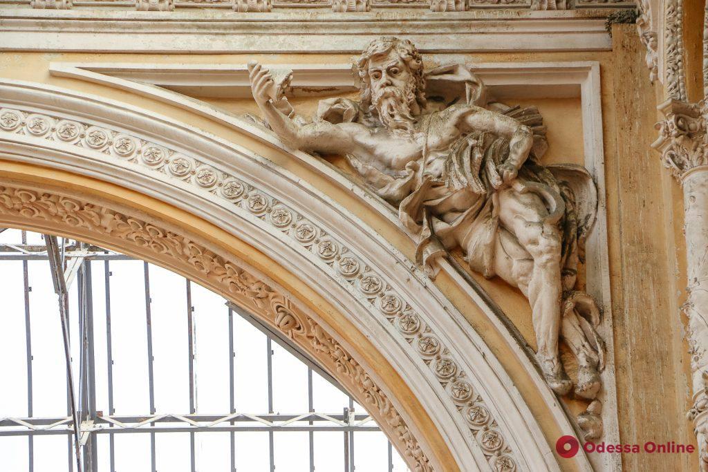 Нет равных по количеству скульптур: одесский «Пассаж» отмечает 120-летие (фоторепортаж)