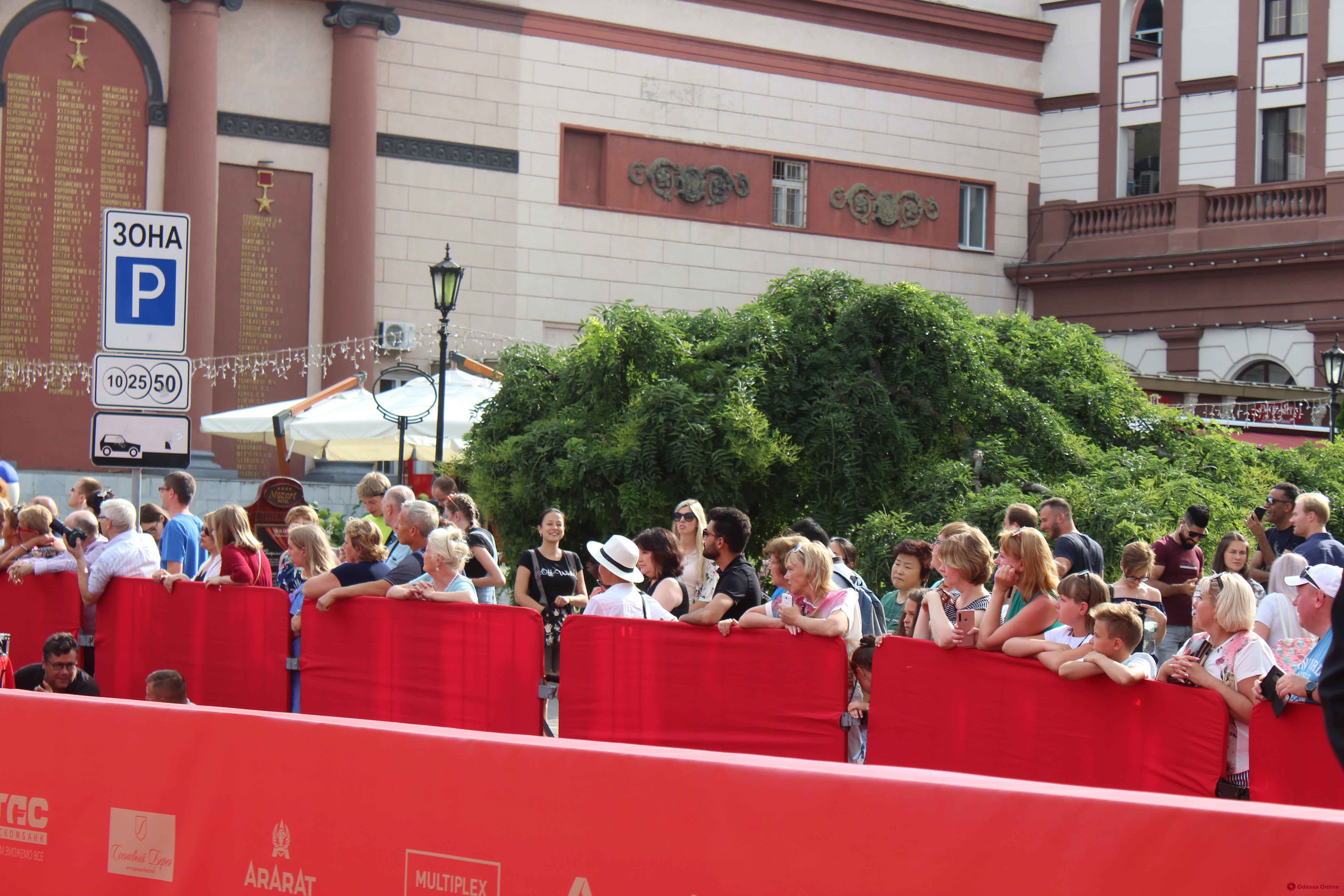 Яркие гости ОМКФ прошлись по красной дорожке (фоторепортаж)