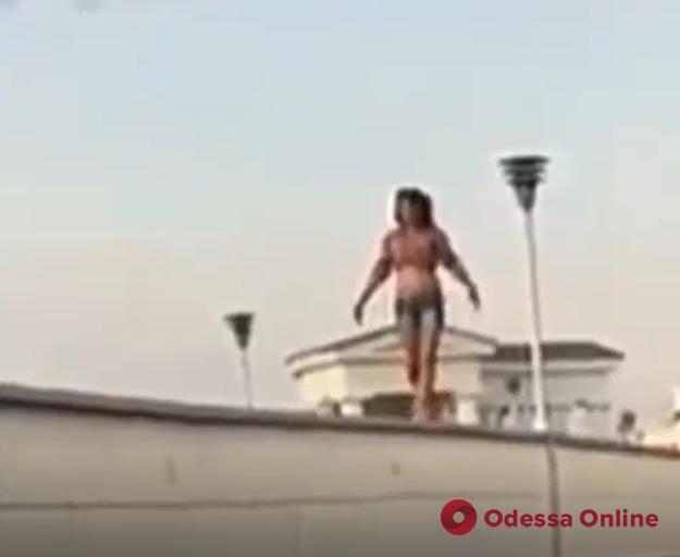 В Одессе девушка-экстремалка прогулялась по перилам Тещиного моста (видео)