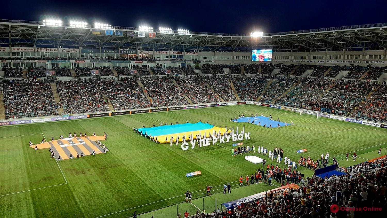 Болельщики во время матча за Суперкубок Украины: гимн страны, «волны», шоу фонариков, файеры и салют