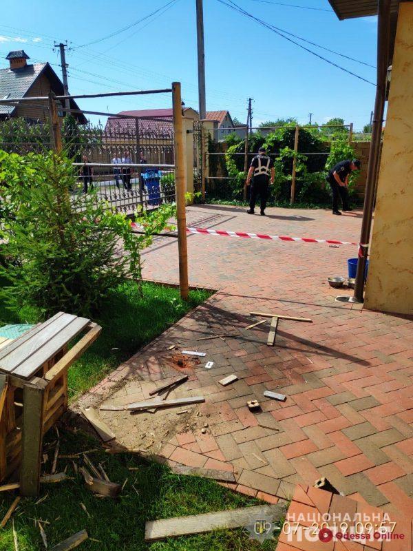 Под Одессой неизвестные бросили гранату во двор частного дома