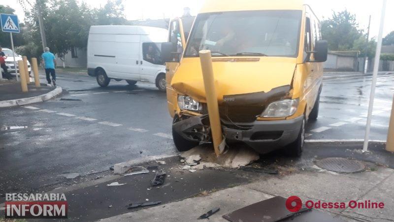 В Измаиле легковушка столкнулась с маршруткой: пострадали дети