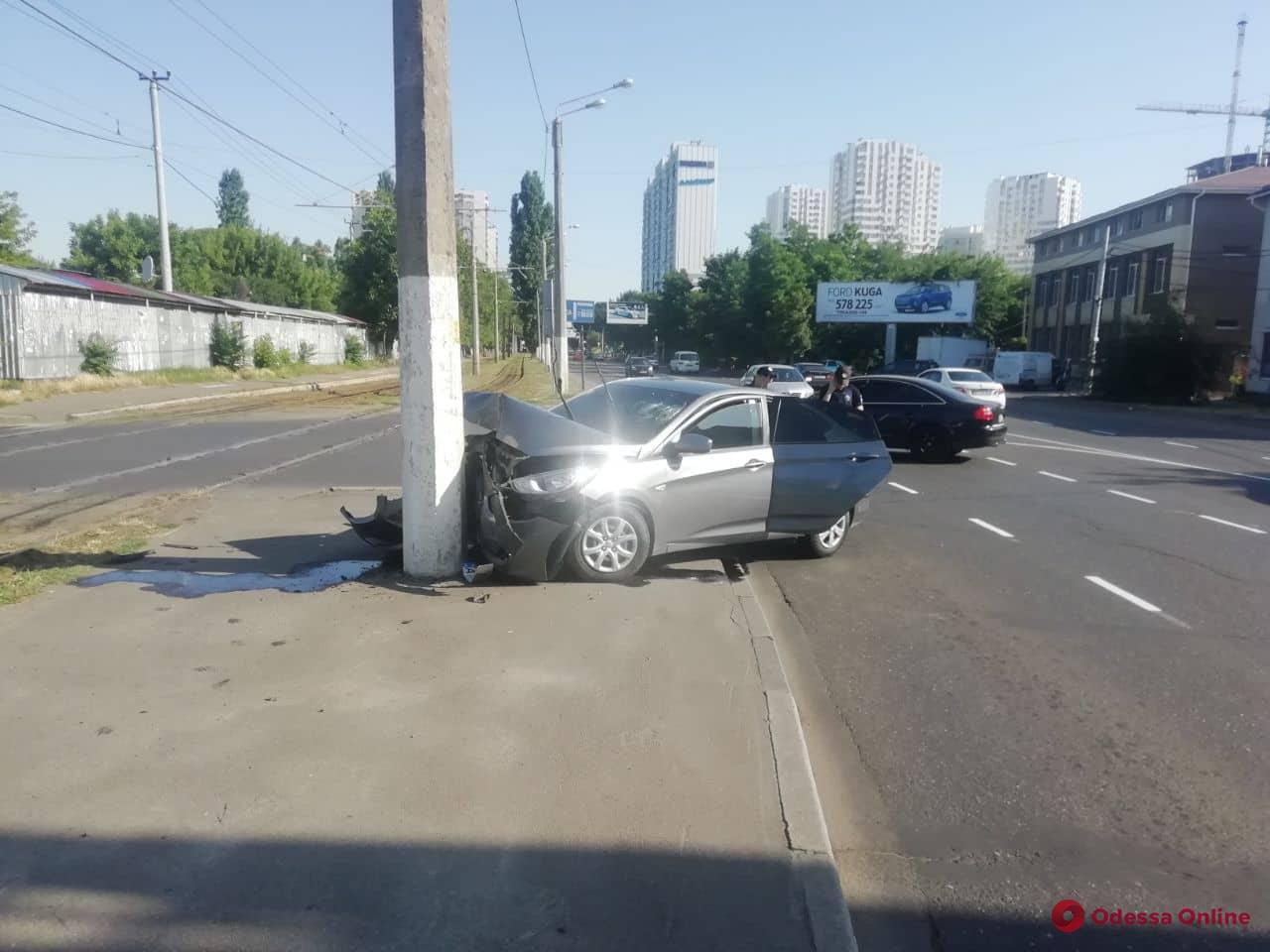 На Люстдорфской дороге Hyundai врезался в столб — пострадал водитель