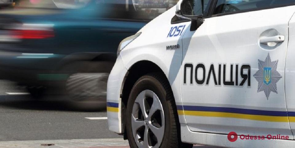 В Одессе пьяный водитель BMW устроил гонки с патрульными, сбил женщину, врезался в стену и погиб