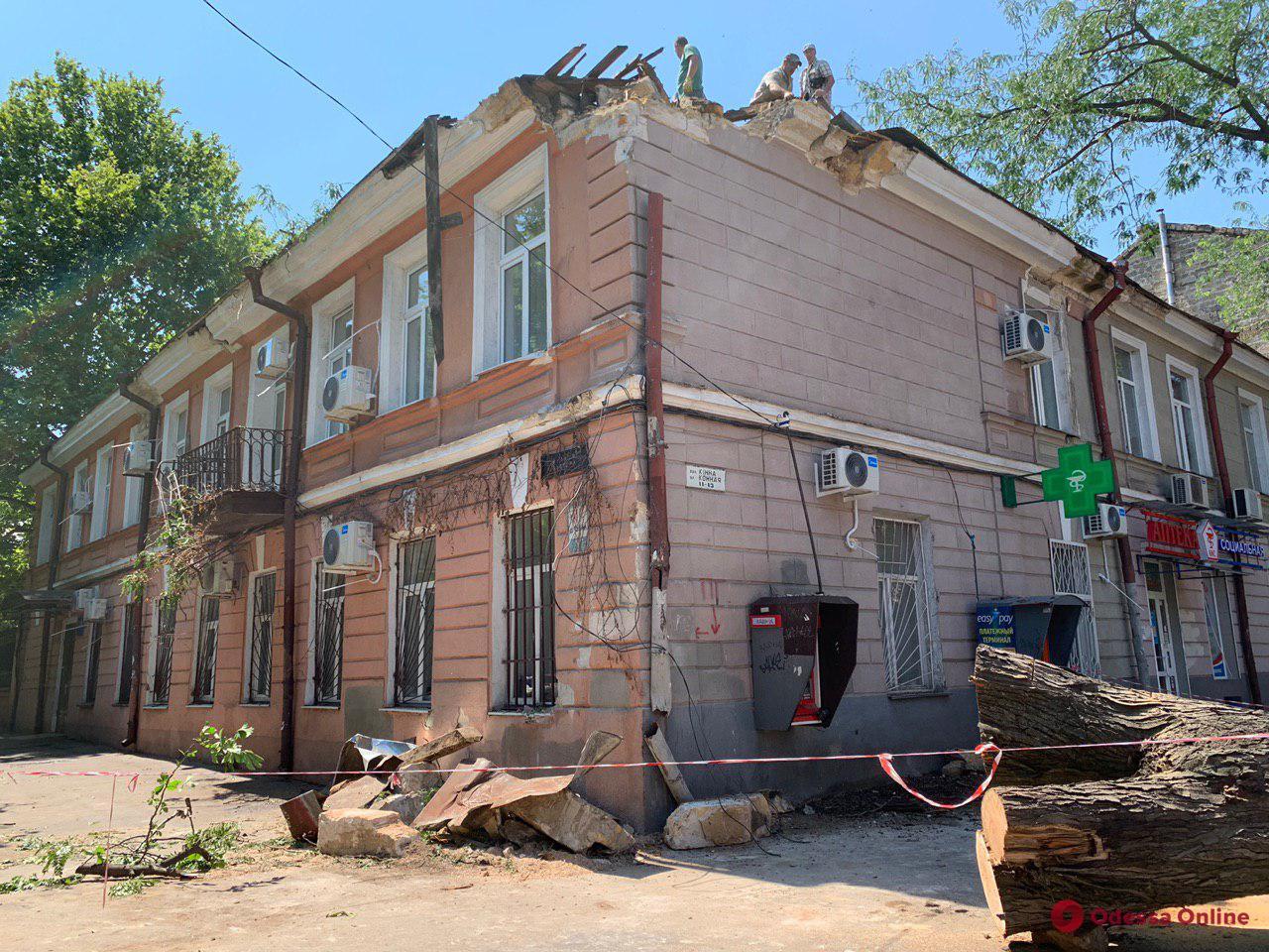 В центре Одессе ремонтируют поврежденный из-за непогоды дом (фото, видео)