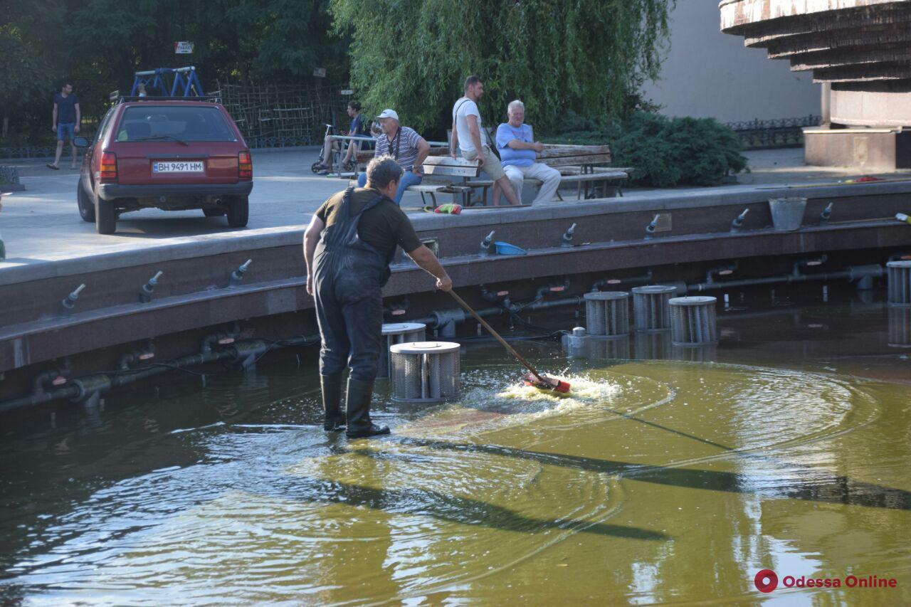 На поселке Котовского коммунальщики чистят загрязненный вандалами фонтан (фото, видео)
