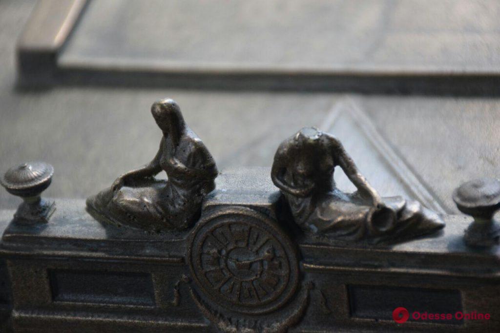 Вандалы повредили бронзовую мини-копию Одесской мэрии