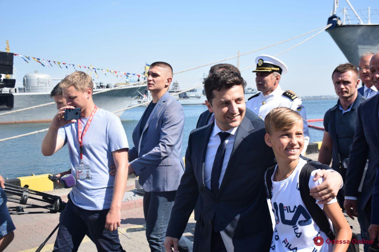 Президент Владимир Зеленский с удовольствием поселфился с одесситами (фото)