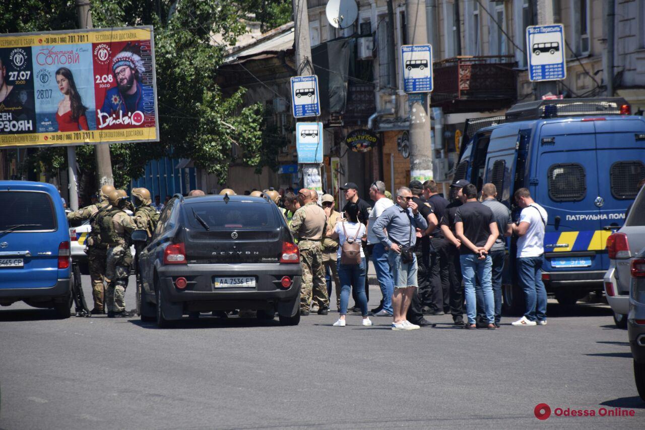 Спецоперация «Гром»: в Одессе преступник взял в заложницы сотрудницу учреждения быстрых кредитов (обновлено, видео)