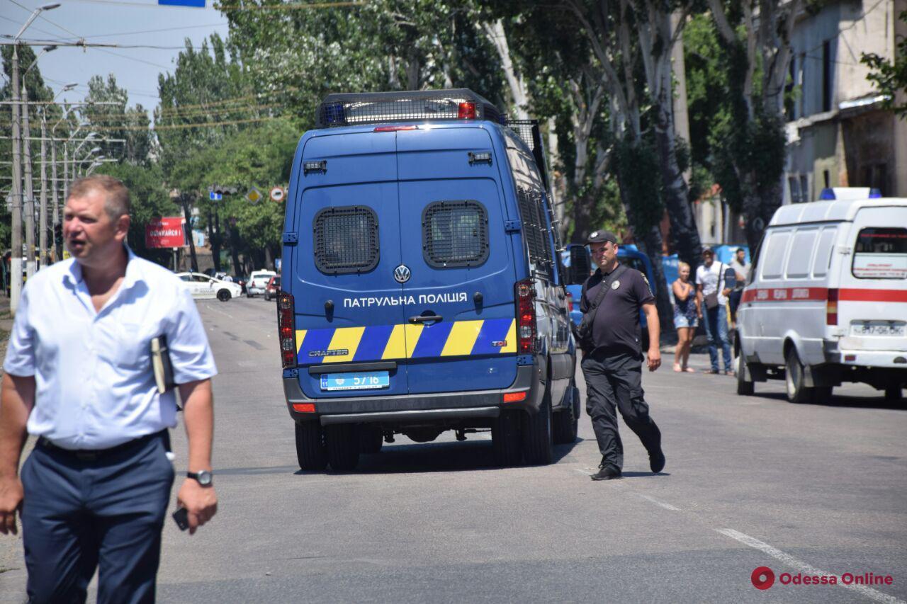 Требовал миллион долларов и вертолет: одесские правоохранители освободили заложниц