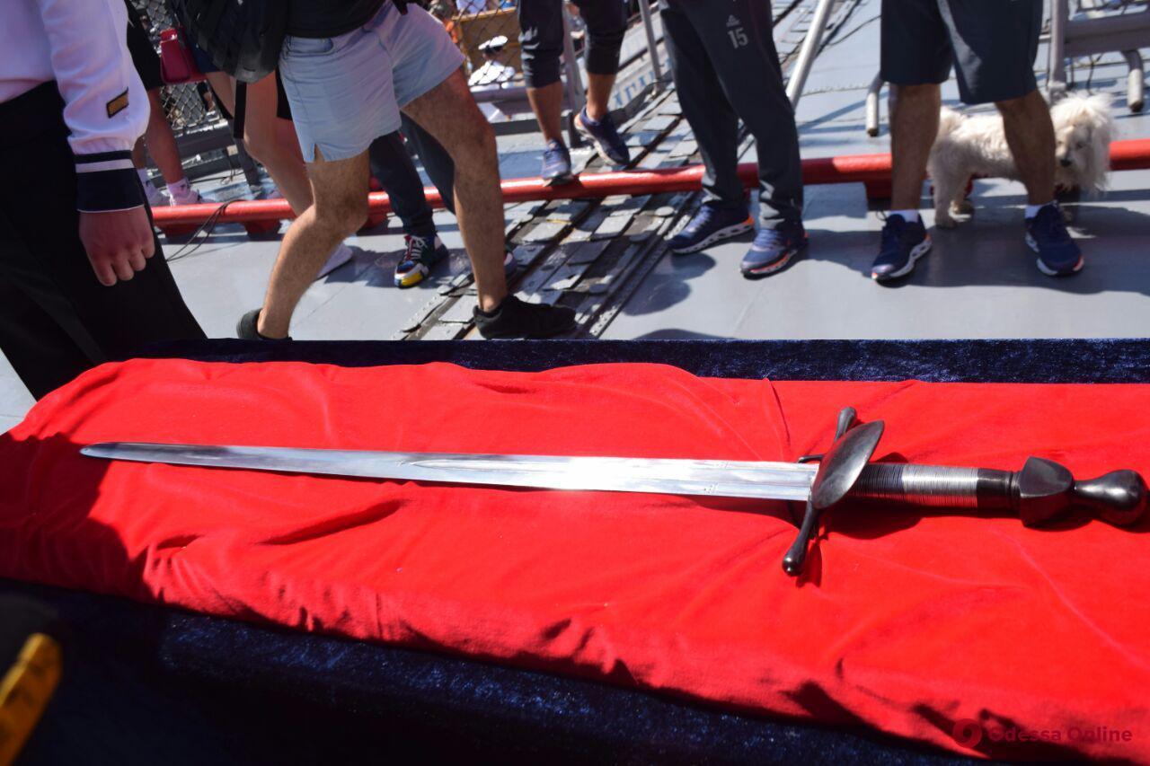 Меч Сагайдачного — «Сагайдачному»: экипаж флагмана военно-морского флота Украины получил в подарок копию оружия гетмана
