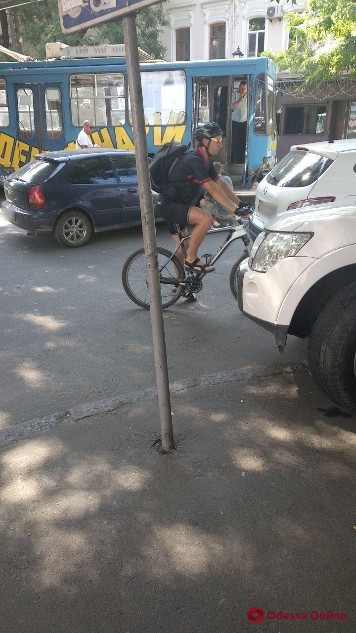 В центре Одессы столкнулись троллейбус и легковушка