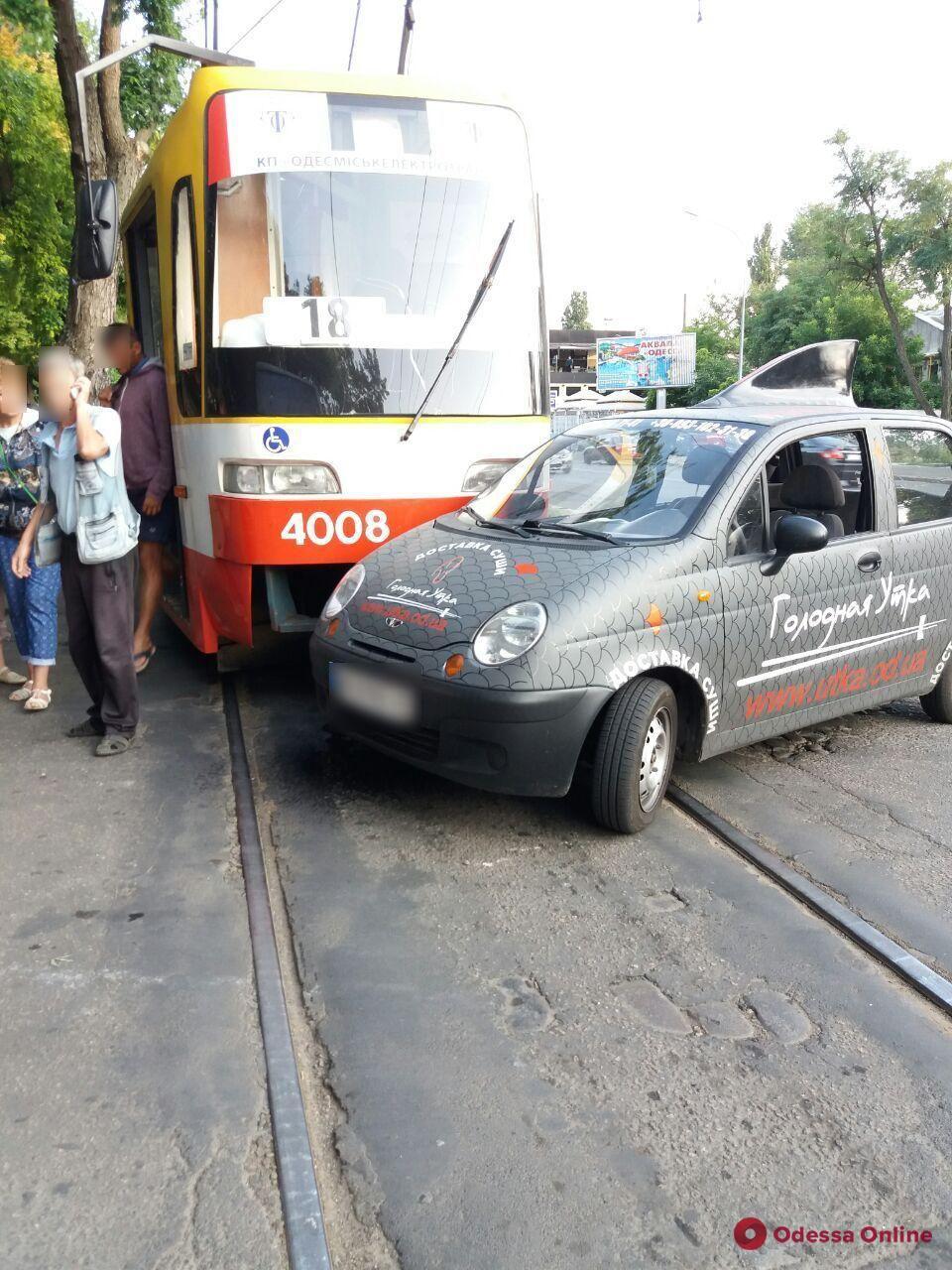 На Фонтане не разминулись трамвай и автомобиль доставки суши